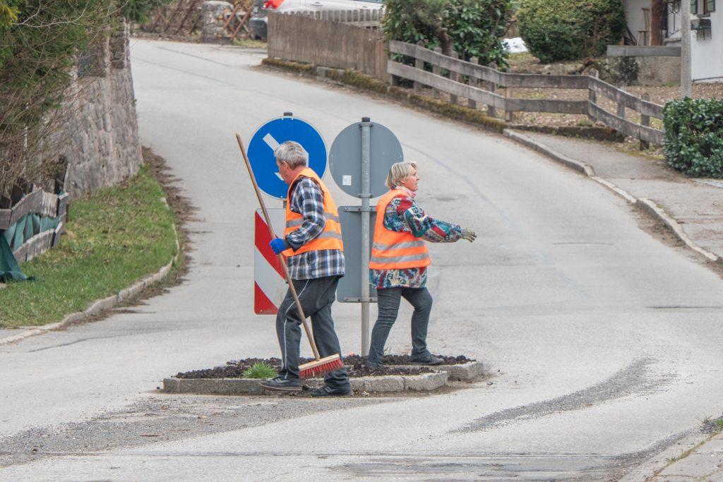 Gartler bepflanzen die Verkehrsinsel am Ortseingang