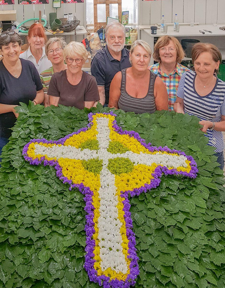 Gartenbauverein steckt zur Fronleichnamsprozession Altarbild für den Altar am Rathaus