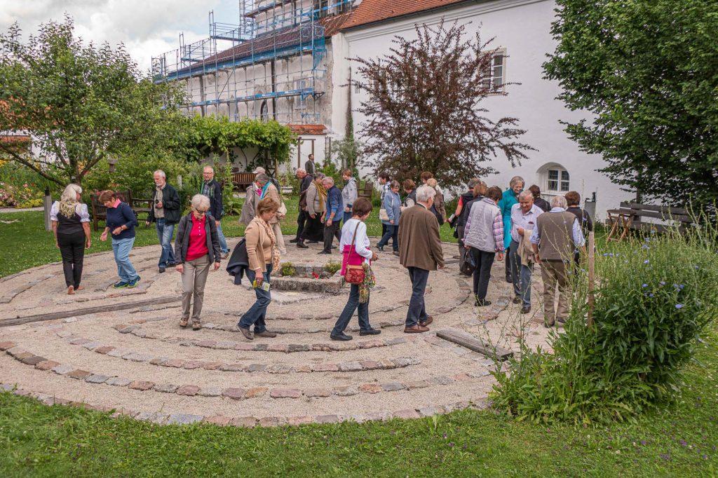 Das Labyrinth im Klostergarten St. Johannes in Steingaden - die Mitglieder auf gutem Weg