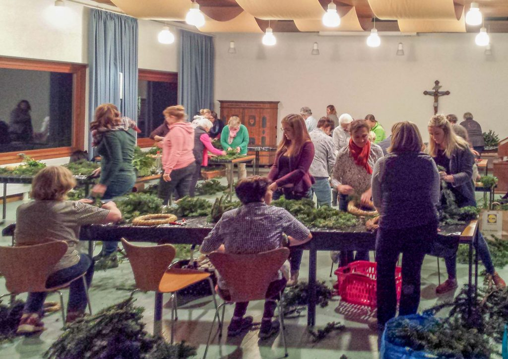 Der Gartenbauverein Unterwössen richtet alljährlich ein Adventskranzbinden für jedermann aus.